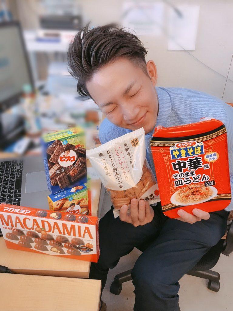 誕生日プレゼントに喜ぶ松丸マネージャー