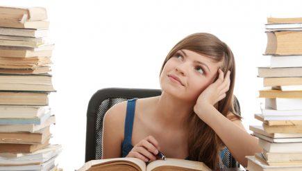 勉強している女の子の画像